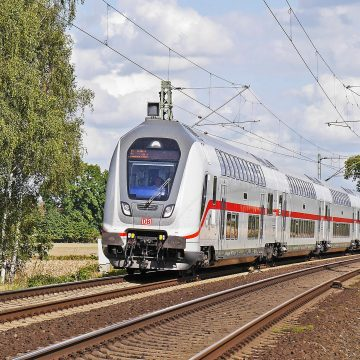 Szlaban przygwoździł ciężarówkę na przejeździe kolejowym. Zdarzenie zostało uchwycone na filmie.