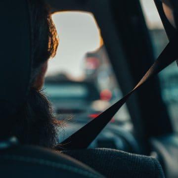 Co grozi kierowcy za brak zapiętych pasów u pasażera autobusu?