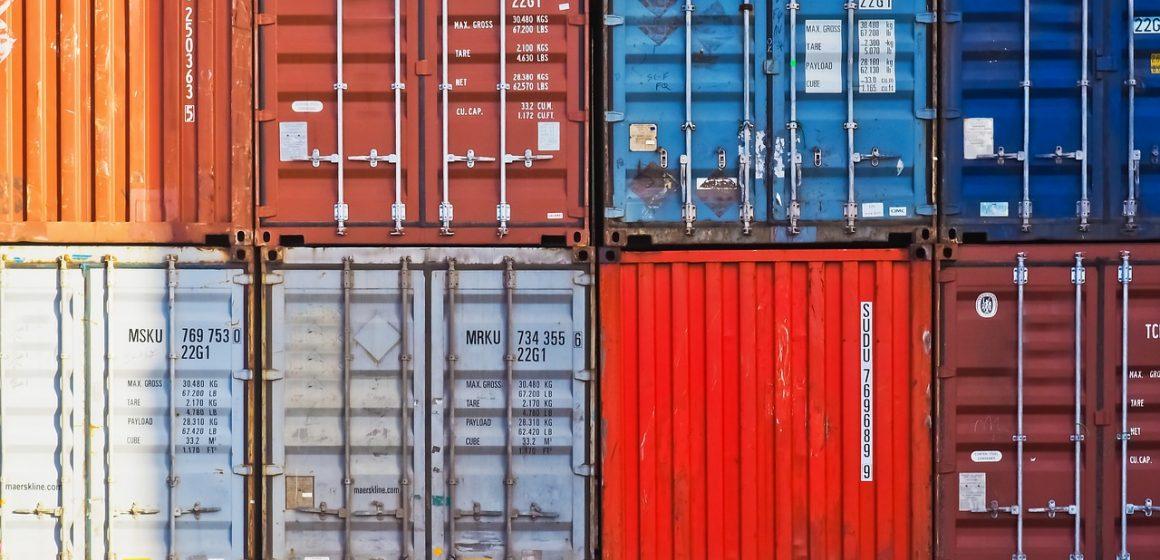 Jak zamówić transport małego kontenera z portu?