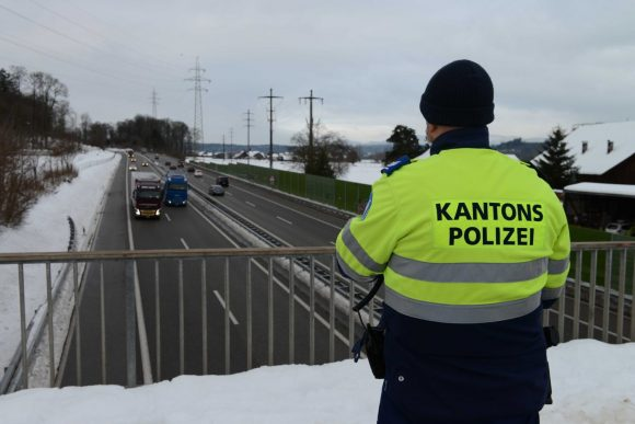 Szwajcaria. Kontrole oblodzonych dachów ciężarówek