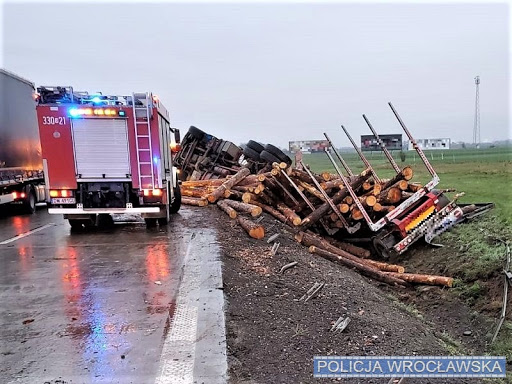 A4: z powodu wypadku ciężarówki na jezdnię trafiły bale drewna