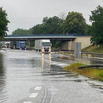 Ogromny korek na autostradzie A6. Strażacy walczyli z zalaną jezdnią