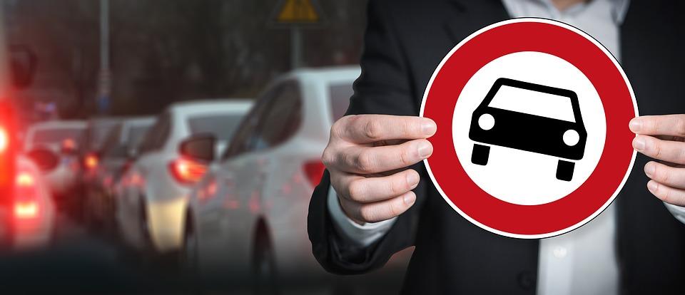 Sierpień. Zakazy ruchu transportu ciężkiego. Sprawdź, kiedy musisz uważać!