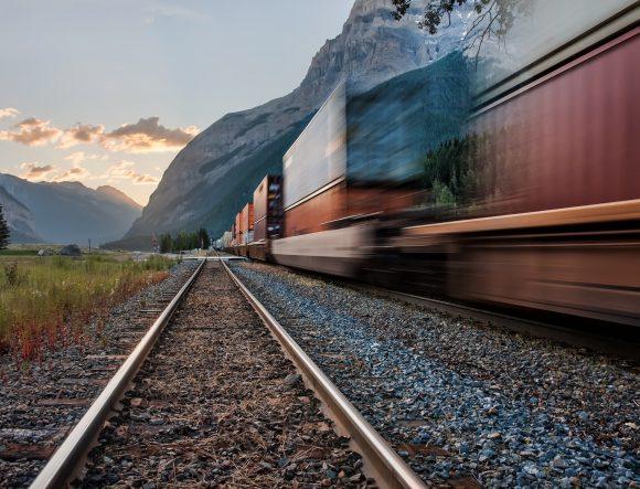 Jakie towary warto transportować koleją? Oto możliwości dla klientów