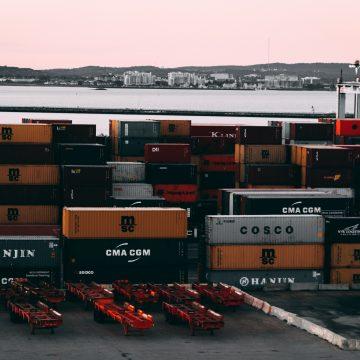 Transport pojazdu zza oceanu statkiem – jak to zrobić krok po kroku?